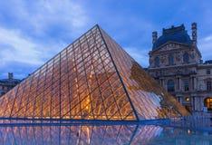PARIS FRANKRIKE - Augusti 17, 2017: Louvrepyramiden i Paris Fra Arkivbilder