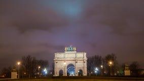 Paris Frankrike - Augusti 04, 2006: Nattpanorama av den triumf- bågen du Karusell på bakgrunden av pariserhjulen royaltyfri bild