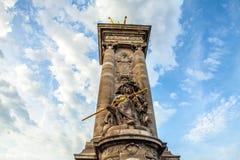 PARIS FRANKRIKE - AUGUSTI 30, 2015: Paris parkerar bronsskulpturer av den berömda personen Royaltyfri Foto