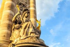 PARIS FRANKRIKE - AUGUSTI 30, 2015: Paris parkerar bronsskulpturer av den berömda personen Arkivbild