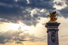 PARIS FRANKRIKE - AUGUSTI 30, 2015: Paris parkerar bronsskulpturer av den berömda personen Royaltyfri Fotografi