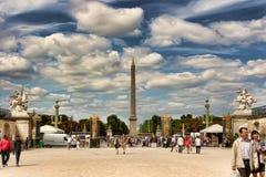 PARIS FRANKRIKE - Augusti 19, 2014 Parisare och turister i fam Arkivfoto