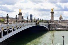 Paris Frankrike, 11 Augusti 2018 Pont Alexandre III, Invalides och Seine River royaltyfri bild