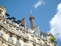 Paris Frankrike, Augusti 17 2018: sikt på överkanten av Tour Eiffel i en solig dag med kopieringsutrymme fotografering för bildbyråer