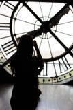 Paris Frankrike - Augusti 13, 2015 - sikt till och med torn för klocka för museum för D-` orsay av den Sacre-Coeur basilikan, Par Royaltyfri Bild