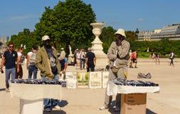 PARIS FRANKRIKE - Augusti 19, 2014 Souv för två säljareförsäljningssouvenir Arkivbild