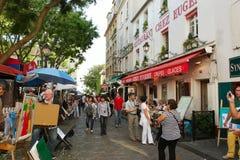 PARIS FRANKRIKE - Augusti 19, 2014 Turister som går på Montmartre Arkivbild