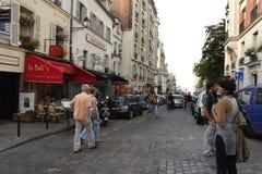 PARIS FRANKRIKE - Augusti 19, 2014 Turister som går på Montmartre Royaltyfria Bilder