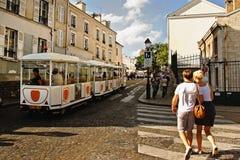 PARIS FRANKRIKE - Augusti 19, 2014 Turister som går på Montmartre Royaltyfri Bild