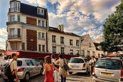 PARIS FRANKRIKE - Augusti 19, 2014 Turister som går på Montmartre Royaltyfria Foton