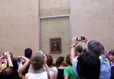 Paris Frankrike-Augusti 05, 2009: Turister tar bilder Mona Lisa Monna Lisa eller laen Gioconda i italienare arkivbild