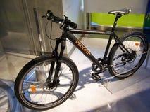 Paris Frankrike-Augusti 07, 2009: utställningscykel på utställningen i salongen Peugeot arkivfoto