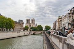 PARIS FRANKRIKE, circa april 2016 Sikt av fasaden av Notre Dame och den petit ponen Royaltyfri Fotografi