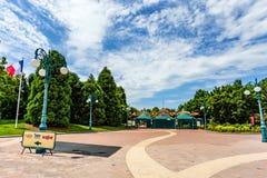 PARIS FRANKRIKE - CIRCA JUNI 2014: Ingång till Disneyland fotografering för bildbyråer