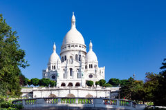 PARIS FRANKRIKE, crica april 2016 Den Sacre coeuren, sikt från sikt från helgonet Pierre Square I Montmartre Royaltyfria Bilder