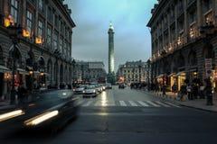 PARIS FRANKRIKE - DECEMBER 31, 2007: Det Vendome fyrkantstället Vendome på skymning, den Napoleon kolonnen kan ses i bakgrunden Fotografering för Bildbyråer