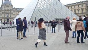 PARIS FRANKRIKE - DECEMBER, 31, 2016 Fullsatt fyrkant nära Louvreingången, det berömda franska museet och det populära touristic Fotografering för Bildbyråer