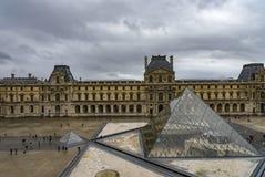 PARIS FRANKRIKE - December 16, 2017 Louvremuseet är ett av de största museerna för världs` s och den populäraste turist- destinat Arkivbilder