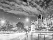 PARIS FRANKRIKE - DECEMBER 2012: Trafikljusslingor på stadsstre Royaltyfri Foto