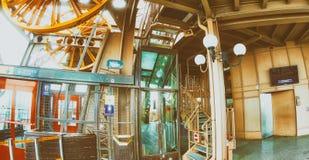 PARIS FRANKRIKE - DECEMBER 2012: TuristbesökEiffeltorn _ Royaltyfri Fotografi