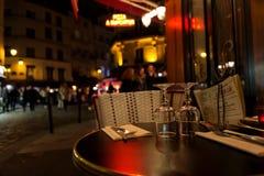Paris Frankrike, 10 12 2016 - exponeringsglas på en tabell av fransk restaur Arkivfoto