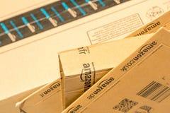 Paris Frankrike - Februari 08, 2017: Amasonbörjanjordlotten förpackar closeupen Amasonen är ett amerikanskt elektronisk kommers-  Arkivbilder