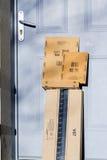 Paris Frankrike - Februari 08, 2017: Packe för amasonbörjanjordlott framme dörren av ett hus Amasonen är en amerikansk elektronis Arkivbild