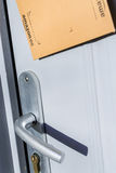 Paris Frankrike - Februari 08, 2017: Packen för amasonbörjanjordlotten klibbade på dörren av ett hus Amasonen är en amerikansk el Fotografering för Bildbyråer