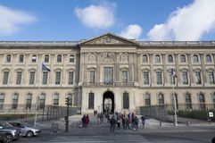 PARIS FRANKRIKE folk framme av ingången av Couren Carrée, en av de huvudsakliga borggårdarna av Louvre royaltyfria foton