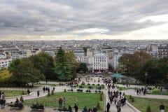 PARIS FRANKRIKE folk på trappan av basilikan av Sacre Coeur de Montmartre, stadsöverblick på solnedgången royaltyfri foto