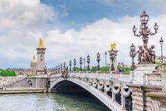 PARIS FRANKRIKE JULI 01, 2016: Bro av den Alexandre III bron 1896 som spänner över floden Seine Fotografering för Bildbyråer