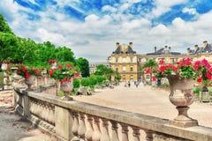 PARIS FRANKRIKE - JULI 08, 2016: Den Luxembourg slotten och parkerar i PA Royaltyfria Foton