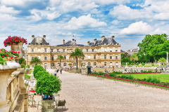 PARIS FRANKRIKE - JULI 08, 2016: Den Luxembourg slotten och parkerar i PA Arkivbild