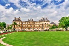 PARIS FRANKRIKE - JULI 08, 2016: Den Luxembourg slotten och parkerar i PA Arkivfoton