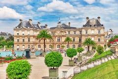 PARIS FRANKRIKE - JULI 08, 2016: Den Luxembourg slotten och parkerar i PA Arkivbilder