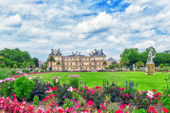 PARIS FRANKRIKE - JULI 08, 2016: Den Luxembourg slotten och parkerar i PA Royaltyfri Bild