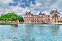 PARIS FRANKRIKE - JULI 05, 2016: Den Luxembourg slotten och parkerar i PA Royaltyfria Bilder
