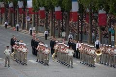 Paris Frankrike - Juli 14, 2012 denmusiker marschen under den årliga militären ståtar Arkivfoto