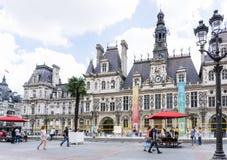 PARIS FRANKRIKE - Juli 31: För Graben för turister på fötter sikt ar gata Arkivfoto