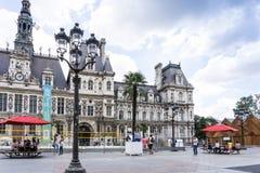 PARIS FRANKRIKE - Juli 31: För Graben för turister på fötter sikt ar gata Royaltyfria Bilder