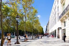 PARIS FRANKRIKE - Juli 17: För Graben för turister på fötter sikt ar gata Royaltyfri Fotografi