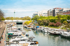 PARIS FRANKRIKE - Juli 17: För Graben för turister på fötter sikt ar gata Royaltyfri Bild