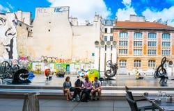 PARIS FRANKRIKE - Juli 31: För Graben för turister på fötter sikt ar gata Royaltyfri Foto