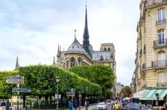 PARIS FRANKRIKE - Juli 17: För Graben för turister på fötter sikt ar gata Arkivfoto
