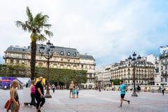 PARIS FRANKRIKE - Juli 31: För Graben för turister på fötter sikt ar gata Royaltyfri Fotografi