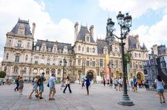 PARIS FRANKRIKE - Juli 31: För Graben för turister på fötter sikt ar gata Royaltyfri Bild