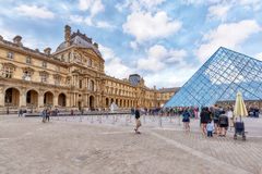 PARIS FRANKRIKE - JULI 03, 2016: Glass pyramid och Louvremusan Royaltyfria Foton