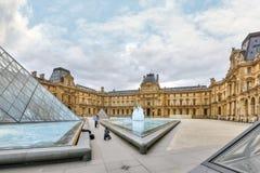 PARIS FRANKRIKE - JULI 03, 2016: Glass pyramid och Louvremusan Royaltyfri Foto