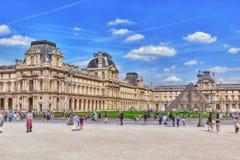 PARIS FRANKRIKE - JULI 06, 2016: Glass pyramid och Louvremusen Arkivfoton