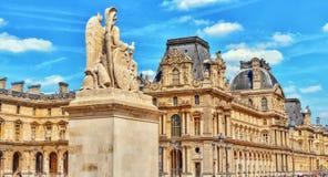 PARIS FRANKRIKE - JULI 08, 2016: Louvremuseet i Paris med turnerar Arkivfoto
